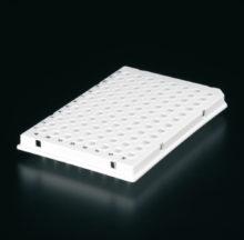 Placa blanca 96 pocillos, perfil bajo, con semi-faldón